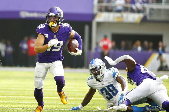 El wide receiver Adam Thielen (19), de los Vikings de Minnesota, se aleja del cornerback Jerry Jacobs (39), de los Lions de Detroit, tras atrapar un pase en el juego de NFL del domingo 10 de octubre de 2021, en Minneapolis. (AP Foto/Bruce Kluckhohn)