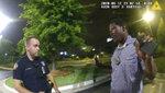 ARCHIVO - En esta imagen del 12 de junio de 2020 tomada de las imágenes de una cámara corporal proporcionadas por la policía de Atlanta, Rayshard Brooks habla con el agente Garrett Rolfe en el estacionamiento de un Wendy's en Atlanta. (Departamento de Policía de Atlanta via AP, Archivo)