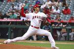 El pitcher de los Angelinos de Los Ángeles Shohei Ohtani lanza durante la primera entrada del juego contra los Marineros de Seattle, el domingo 26 de septiembre de 2021, en Anaheim, California. (AP Foto/Michael Owen Baker)