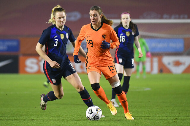 Netherlands' Jill Roord, center, and United States' Samantha Mewis, left, vie for the ball during the international friendly women's soccer match between The Netherlands and the US at the Rat Verlegh stadium in Breda, southern Netherlands, Friday Nov. 27, 2020. (Piroschka van de Wouw/Pool via AP)