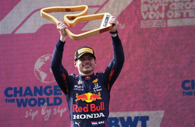 El piloto de Red Bull, el holandés Max Verstappen sostiene el trofeo de ganador del Gran Premio de Austria el domingo 4 de julio del 2021. (AP Photo/Darko Bandic)