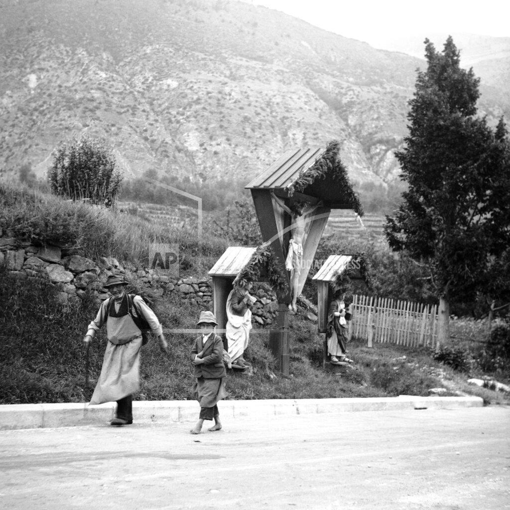 Watchf AP I   ITA APHSL46073 Italy Brenner Pass Peasants