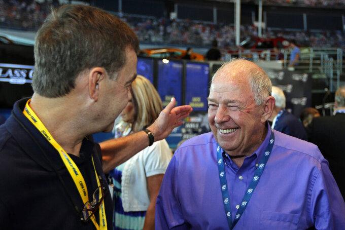 En esta foto de archivo del 22 de mayo de 2013, Jack Ingram, derecha, es felicitado después de que lo nombraran parte de la generación de próximos consagrados al Salón de la Fama de NASCAR en Charlotte, Carolina del Norte.