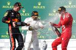 El piloto de Mercedes Lewis Hamilton, centro, celebra luego de ganar el Gran Premio de la Fórmula Uno junto al segundo sitio, Max Verstappen de Red Bull, y el tercero, Sebastian Vettel de Ferrari, en Budapest, Hungría, el domingo 4 de agosto de 2019. (AP Foto/Laszlo Balogh)