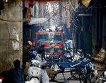 Un camión de bomberos junto al lugar de un incendio en una calle estrecha en Nueva Delhi, India, el 8 de diciembre de 2019. (AP Foto/Manish Swarup)