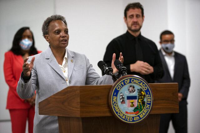 La alcaldesa de Chicago Lori Lighfoot junto a la directora de las Escuelas Públicas de Chicago Janice K, Jackson, izquierda, anuncia un plan preliminar de regreso a clases durante conferencia de prensa el viernes 17 de julio de 2020 en la sede las Escuelas Públicas de Chicago en Chicago. (E. Jason Wambsgans/Chicago Tribune vía AP)