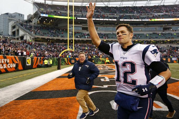 ARCHIVO - En esta foto del 15 de 2019, el quarterback Tom Brady de los Patriots de Nueva Inglaterra de 2019 saluda al público al final de un juego ante los Bengals de Cincinnati. (AP Foto/Frank Victores, archivo)