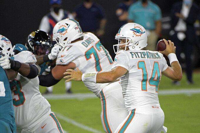 El quarterback de los Dolphins de Miami Ryan Fitzpatrick lanza un pase de anotación en el juego ante los Jaguars de Jacksonville el jueves 24 de septiembre del 2020. (AP Photo/Phelan M. Ebenhack)