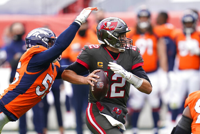 El linebacker de los Broncos de Denver Bradley Chubb captura al quarterback de los Buccaneers de Tampa Bay Tom Brady en la segunda mitad del juego del domingo 27 de septiembre de 2020, en Denver. (AP Foto/David Zalubowski)