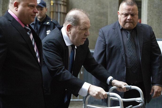 Harvey Weinstein, en el centro, llega a una audiencia en la corte el miércoles 11 de diciembre del 2019 en Nueva York. (AP Foto/Mark Lennihan)