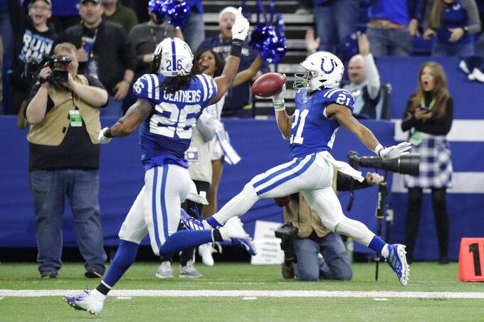 Nyheim Hines, de los Colts de Indianápolis, festeja al devolver hasta la zona de anotación un despeje de los Panthers de Carolina, el domingo 22 de diciembre de 2019 (AP Foto/Michael Conroy)