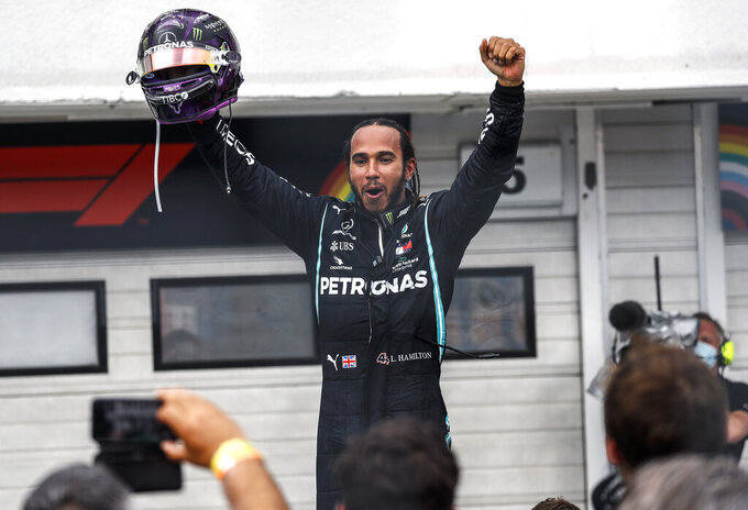 El piloto de Mercedes, el británico Lewis Hamilton, celebra tras ganar el Gran Premio de Hungría de la Fórmula Uno, en el circuito de Mogyorod, Hungría, el domingo 19 de julio de 2020. (Leonhard Foeger/Pool via AP)