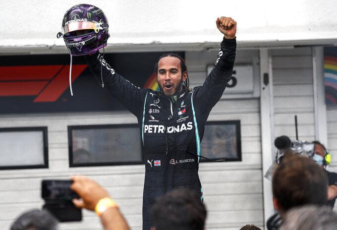 El piloto de Mercedes, el británico Lewis Hamilton, celebra tras ganar el Gran Premio de Hungría de la Fórmula Uno, en el circuito de Mogyorod, Hungría, el domingo 19 de julio de 2020. (Leonhard Foeger/Pool via AP)