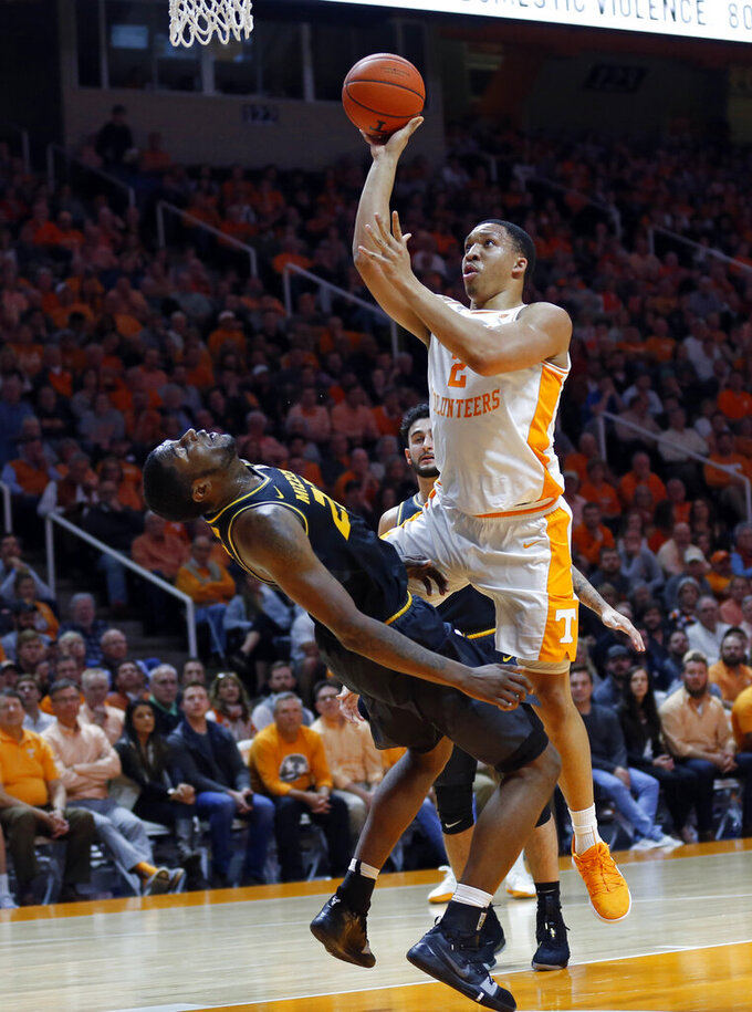 Tennessee forward Grant Williams (2) goes for a shot as he's blocked by Missouri forward Jeremiah Tilmon (23) during the first half of an NCAA college basketball game Tuesday, Feb. 5, 2019, in Knoxville, Tenn. (AP photo/Wade Payne)