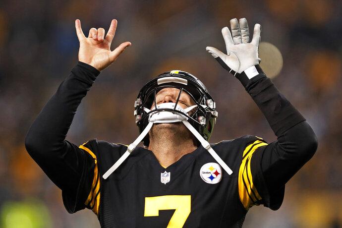 Ben Roethlisberger, de los Steelers de Pittsburgh, festeja un pase de anotación a Antonio Brown durante el encuentro del jueves 8 de noviembre de 2018, ante los Panthers de Carolina (AP Foto/Keith Srakocic)