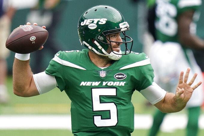 En foto del 11 de octubre del 2020, el quarterback de los Jets de Nueva York Joe Flacco lanza un pase en el juego ante los Cardinals de Arizona el 11 de octubre del 2020. El 14 de octubre del 2020 el coach Adam Gase confirma que Flacco será titular el domingo ante los Dolphins.. (AP Photo/Frank Franklin II)