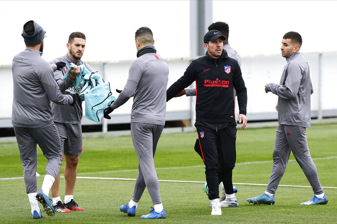 Atletico Madrid's head coach Diego Simone, second right, gestures during a training session in Majadahonda, outskirts of Madrid, Spain, Monday, Feb. 17, 2020. Atletico Madrid will play its Champions League soccer match against Liverpool next Tuesday. (AP Photo/Manu Fernandez)
