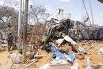 Un soldado monta guardia junto a los restos de vehículos e inmuebles dañados por el estallido de un camión bomba en Mogadiscio, Somalia, el sábado 28 de diciembre de 2019. (AP Foto/Farah Abdi Warsame)