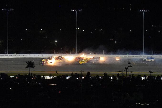 Pilotos chocando en la última vuelta de la carrera de la NASCAR Daytona 500 en el Circuito Internacional de Daytona, el lunes 15 de febrero de 2021 en Daytona Beach, Florida. (AP Foto/Chris O'Meara)