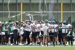 Members of the New York Jets gather together after warming up before the start NFL football practice, Wednesday, June 2, 2021, in Florham Park, N.J. (AP Photo/Kathy Willens)