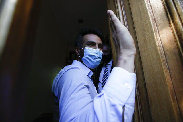 El neurocirujano Leopoldo Luque, exmédico personal de Diego Maradona, llega a la fiscalía en Buenos Aires, Argentina, el lunes 30 de noviembre de 2020. La casa y oficinas de Luque fueron allanadas el domingo en medio de investigaciones para establecer las circunstancias de la muerte de la ex estrella del fútbol. (AP Foto/Natacha Pisarenko)