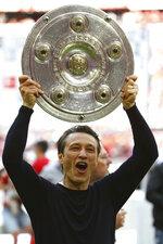 Bayern coach Nikon Kovac lifts the trophy to celebrate Bayern's 7th straight Bundesliga title after the German Soccer Bundesliga match between FC Bayern Munich and Eintracht Frankfurt in Munich, Germany, Saturday, May 18, 2019. (AP Photo/Matthias Schrader)
