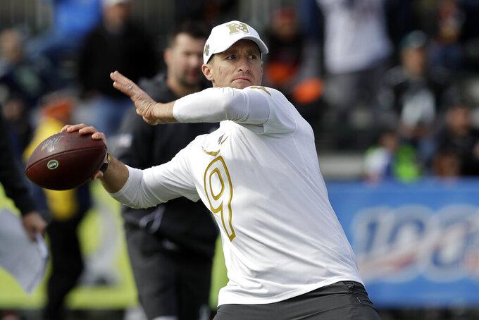 El quarterback Drew Brees de los Saints de Nueva Orleans lanza un pase durante un entrenamiento para el Pro Bowl de la NFL, el miércoles 22 de enero de 2020, en Kissimmee, Florida. (AP Foto/Chris O'Meara)