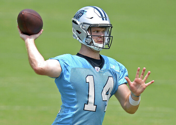 Carolina Panthers quarterback Sam Darnold passes to a receiver during the team's OTA football practice on Tuesday, May 25, 2021 in Charlotte, N.C. (Jeff SIner/The Charlotte Observer via AP)