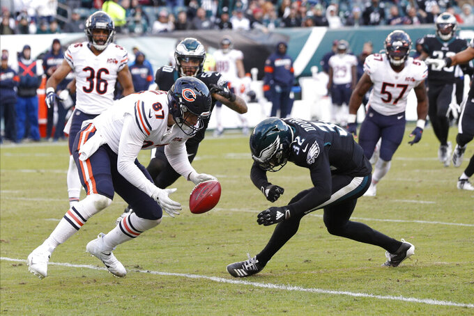 Chicago Bears' Adam Shaheen (87) cannot hang onto the football against Philadelphia Eagles' Rasul Douglas (32) during the final minute of an NFL football game, Sunday, Nov. 3, 2019, in Philadelphia. (AP Photo/Chris Szagola)