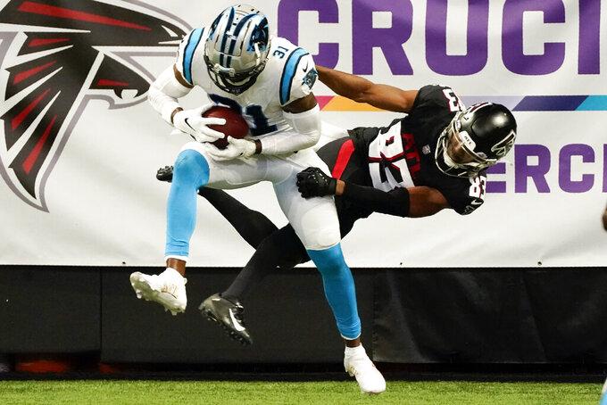 El safety Juston Burris de los Panthers de Carolina intercepta el pase dirigido al wide receiver de los Falcons de Atlanta, Russell Gage, en la zona de anotación durante la segunda mitad del juego de la NFL, el domingo 11 de octubre de 2020, en Atlanta. (AP Foto/John Bazemore)
