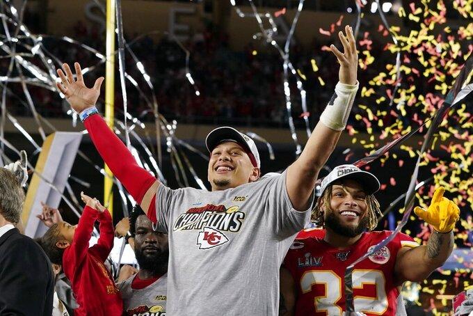 Patrick Mahomes (izquierda) y Tyrann Mathieu de los Chiefs de Kansas City tras vencer a los 49ers de San Francisco en el Super Bowl, el domingo 2 de febrero de 2020. (AP Foto/David J. Phillip)