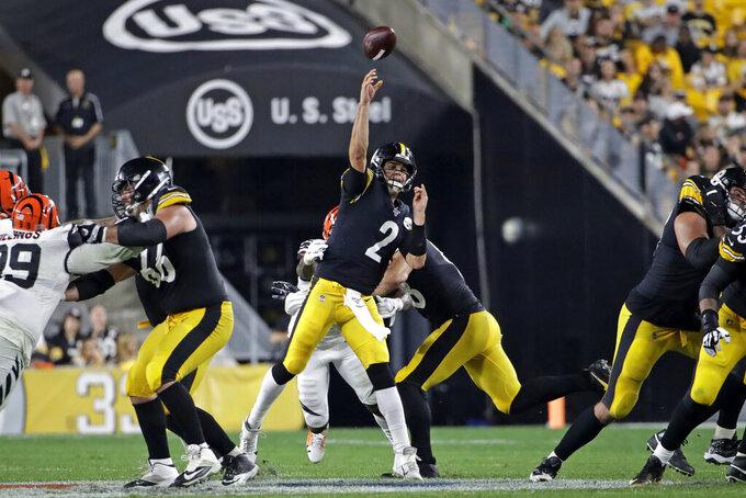 El quarterback de los Steelers de Pittsburgh, Mason Rudolph (2), lanza un pase de touchdown al wide receiver Diontae Johnson durante la segunda mitad de un juego de la NFL contra los Bengals de Cincinnati en Pittsburgh, el lunes 30 de septiembre de 2019. (AP Foto/Don Wright)