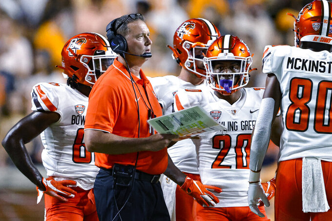 Bowling Green coach Scot Loeffler talks with players during the first half of the team's NCAA college football game against Tennessee on Thursday, Sept. 2, 2021, in Knoxville, Tenn. (AP Photo/Wade Payne)
