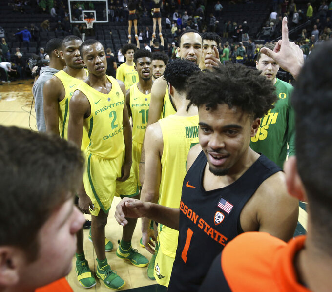 Oregon and Oregon State players including OSU's Stephen Thompson Jr., center right, exchange a few words at midcourt after an NCAA college basketball game Saturday, Jan. 5, 2019, in Eugene, Ore. (AP photo/Chris Pietsch)