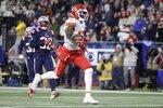 El wide receiver de los Chiefs de Kansas City Mecole Hardman corre para un touchdown en la primera mitad del juego ante los Patriots de Nueva Inglaterra el domingo 8 de diciembre de 2019, en Foxborough, Massachusetts. (AP Foto/Steven Senne)