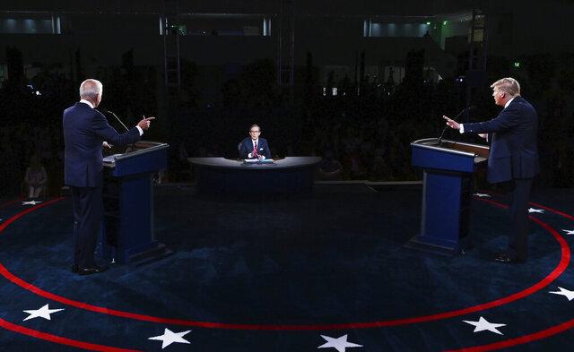 El presidente Donald Trump y el candidato presidencial demócrata y ex vicepresidente Joe Biden participan en el primer debate presidencial la noche del martes 29 de septiembre de 2020, en Cleveland. (Olivier Douliery/Pool vía AP)
