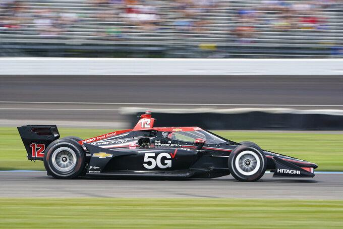 El australiano Will Power conduce su coche en una curva en el Gran Premio de Indianapolis de IndyCar el sábado, 14 de octubre del 2021. (AP Foto/Michael Conroy)