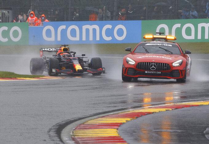 El piloto de Red Bull Max Verstappen rueda detrás del coche de seguridad durante la vuelta de formación del Gran Premio de Bélgica de la Fórmula Uno, el domingo 29 de agosto de 2021, en Spa-Francorchamps. (AP Foto/Olivier Matthys)