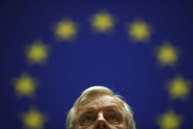 El jefe del grupo de trabajo de la Comisión Europea para las Relaciones con el Reino Unido, Michel Barnier, escucha el himno de la UE después de dar un discurso a profesores y estudiantes universitarios en el Parlamento Europeo en Bruselas, el miércoles 26 de febrero de 2020. En su discurso, Barnier explicó los desafíos que enfrenta la Unión Europea mientras trata de cerrar un acuerdo comercial con el Reino Unido antes de fin de año. (Foto AP/Francisco Seco)