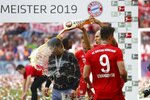 Bayern's Arjen Robben pours beer over coach Niko Kovac to celebrate Bayern's 7th straight Bundesliga title after the German Soccer Bundesliga match between FC Bayern Munich and Eintracht Frankfurt in Munich, Germany, Saturday, May 18, 2019. (AP Photo/Matthias Schrader)