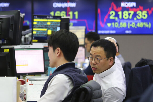 Currency traders watch monitors at the foreign exchange dealing room of the KEB Hana Bank headquarters in Seoul, South Korea, Friday, Dec. 27, 2019. Asian stocks followed Wall Street higher on Friday amid optimism U.S.-Chinese trade relations are improving. (AP Photo/Ahn Young-joon)