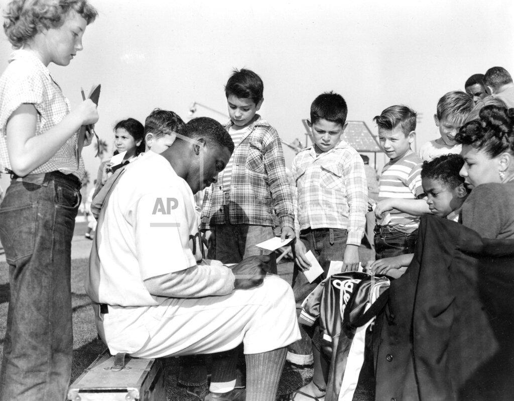 Associated Press Sports California United States Professional Baseball (National League) ROBINSON GIVES AUTOGRAPH