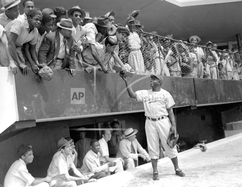 Associated Press Sports Dominican Republic Professional Baseball (National League) ROBINSON GIVES AUTOGRAPH FOR FAN