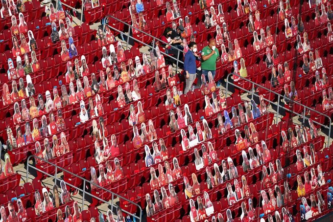 Fans arrive before the NFL Super Bowl 55 football game between the Kansas City Chiefs and Tampa Bay Buccaneers, Sunday, Feb. 7, 2021, in Tampa, Fla. (AP Photo/Chris Carlson)