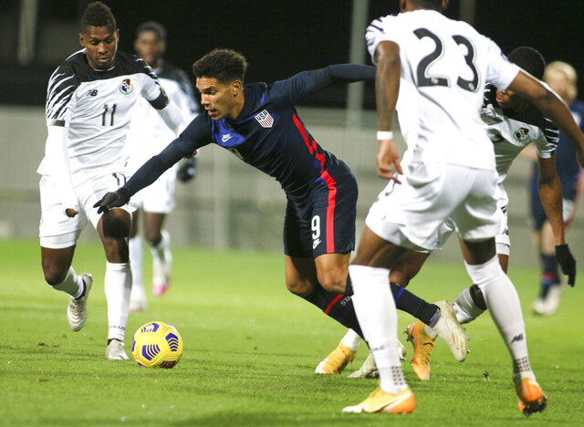 United States' Nicholas Gioacchini battles for the ball with Panama's Armando Cooper, left, and Michael Murillo, right, during the international friendly soccer match between the USA and Panama at the SC Wiener Neustadt stadium in Wiener Neustadt, Austria, Monday, Nov. 16, 2020. (AP Photo/Ronald Zak)