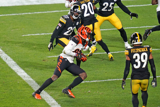 Pittsburgh Steelers wide receiver Diontae Johnson (18) runs after taking a pass from quarterback Ben Roethlisberger with Cincinnati Bengals cornerback William Jackson (22) defending during the first half of an NFL football game in Pittsburgh, Sunday, Nov. 15, 2020. (AP Photo/Don Wright)