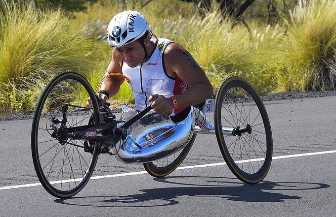 ARCHIVO - En imagen de archivo del sábado 10 de octubre de 2015, el italiano Alex Zanardi compite en la sección de ciclismo en el Triatlón del Campeonato Mundial Ironman, en Kailua-Kona, Hawai. (AP Foto/Mark J. Terrill, archivo)