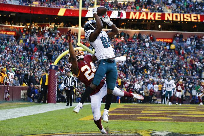 El wide receiver Greg Ward (84), de los Eagles de Filadelfia, se eleva para atrapar un pase de touchdown sobre el cornerback Josh Norman (24), de los Redskins de Washington, en el duelo del domingo 15 de diciembre de 2019, en Landover, Maryland. Los Eagles ganaron 37-27. (AP Foto/Alex Brandon)