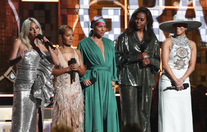 Lady Gaga, Jada Pinkett Smith, Alicia Keys, Michelle Obama y Jennifer López, de izquierda a derecha, hablan en la ceremonia de los premios Grammy el domingo 10 de febrero del 2019 en Los Angeles. (Foto por Matt Sayles/Invision/AP)