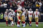 El pateador de los 49ers de San Francisco Robbie Gould celebra tras anotar el gol de campo que le dio el triunfo a su equipo sobre los Saints de Nueva Orleans el domingo ocho de diciembre del 2019. (AP Photo/Butch Dill)